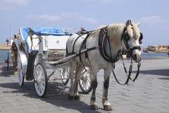 Carro del caballo para los turistas en Xania, Crete foto de archivo