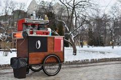 Carro del café en las ruedas imágenes de archivo libres de regalías