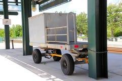 Carro del equipaje, estación de tren y vías en la Florida del sur Imagen de archivo libre de regalías