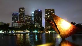 Carro del lapso de tiempo de la escultura/en el centro de la ciudad de Los Ángeles de DWP en el día a la noche almacen de metraje de vídeo