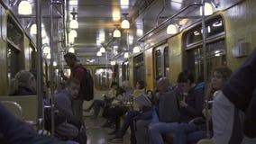 Carro del metro del vintage en servicio en una línea ordinaria del metro en el metro ruso del capital almacen de metraje de vídeo