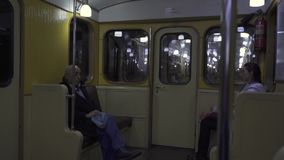 Carro del metro del vintage en servicio en una línea ordinaria del metro en el metro ruso del capital almacen de video