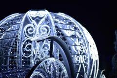 Carro del ` s del Año Nuevo adornado con las guirnaldas eléctricas del color blanco Imagen de archivo libre de regalías