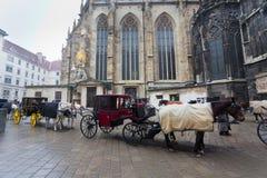 Carro delante del santo Stefan de la catedral en Viena Foto de archivo