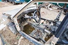Carro desmontado em uma jarda do país do automóvel Foto de Stock