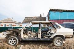Carro desmontado na rua da vila Fotografia de Stock
