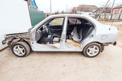 Carro desmontado perto da porta da garagem Fotografia de Stock