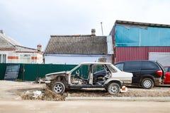 Carro desmontado velho perto da oficina do carro do país Imagem de Stock