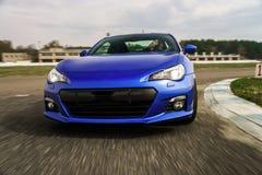 Carro desportivo azul na maneira de raça imagens de stock royalty free