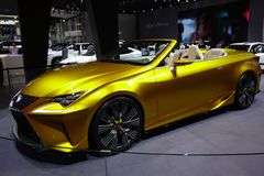 Carro desportivo dourado de Lexus fotos de stock