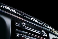 Carro desportivo luxuoso moderno para dentro Interior do carro do prestígio Couro preto Detalhe do carro dashboard Meios, clima e Imagens de Stock