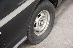 Carro destruído oxidado velho com um pneu puncionado fotos de stock royalty free