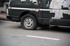 Carro destruído oxidado velho com um pneu puncionado imagens de stock