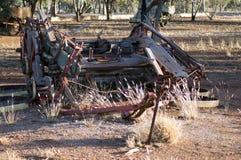 Carro dilapidado en parque el día soleado foto de archivo libre de regalías