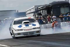 Carro do arrasto de Dodge que faz um fumo mostrar na linha de partida na trilha Foto de Stock Royalty Free