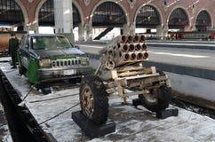 Carro do bombardeiro de suicídio Jihad-móvel e da instalação da artilharia, capturado dos terroristas, na plataforma do trem 'Sír imagens de stock