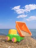 Carro do brinquedo da criança na praia foto de stock royalty free