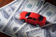 Carro do brinquedo em contas de dinheiro Foto de Stock