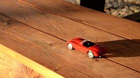Carro do brinquedo em um banco filme