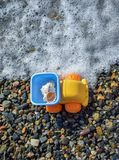 Carro do brinquedo na praia perto da onda imagem de stock royalty free