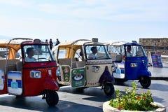 Carro do calessino do macaco ou macaco de Piaggio nas ruas de Pizzo, Cala foto de stock