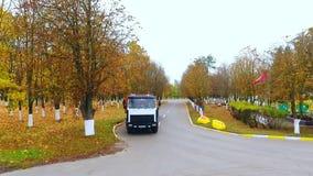 Carro do caminhão da carga da vista aérea que move sobre a estrada Caminhão do reboque de trator noun que move sobre a estrada video estoque