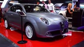 Carro do carro com porta traseira de Romeo Mito do alfa vídeos de arquivo