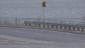 Carro do close up em passagens da tempestade da saraiva video estoque