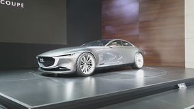 Carro do conceito do cupê da visão de Mazda na exposição na 35a expo internacional do motor de Tailândia vídeos de arquivo