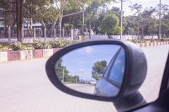 Carro do espelho na condução da rua imagens de stock