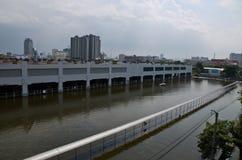 Carro do estacionamento na inundação Fotos de Stock