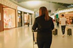 Carro do impulso da mulher do fundo do curso no shopping imagem para o pe Fotos de Stock