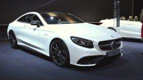 Carro do luxo do cupê da S-classe de Mercedes-Benz vídeos de arquivo