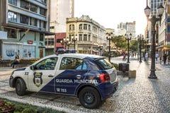 Carro do protetor civil metropolitano da polícia na rua das flores em Curitiba do centro fotos de stock royalty free