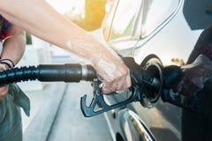 Carro do reabastecimento da mulher no posto de gasolina imagens de stock