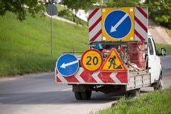 Carro do serviço da estrada com sinais de estrada Fotos de Stock