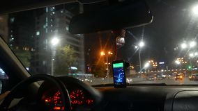 Carro do táxi da cidade da noite