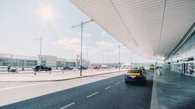 Carro do táxi perto da entrada do aeroporto fotografia de stock