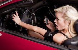 Carro do telefone da mulher aproximadamente a causar um crash Imagem de Stock Royalty Free