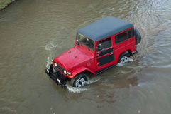 Carro do terreno em um rio Imagem de Stock