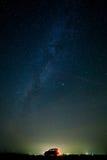 carro do turista contra o céu da estrela. fotos de stock royalty free