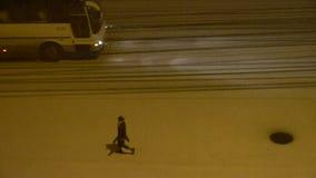 Carro do veículo que viaja na estrada na neve na noite, tráfego, motocicleta filme