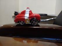 Carro do vermelho do brinquedo fotos de stock
