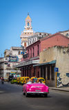 Carro do vintage ao lado do restaurante de Floridita em Havana velho - Havana, Cuba imagens de stock