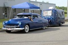 Carro do vintage com caravana Fotos de Stock