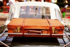 Carro do vintage com mala de viagem de couro Imagens de Stock
