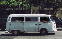 Carro do vintage com povos de sono para dentro Imagens de Stock Royalty Free
