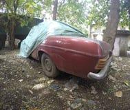 Carro do vintage em um quintal Fotografia de Stock