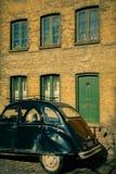 Carro do vintage em uma rua europeia em domingo fotos de stock royalty free