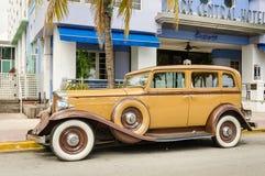 Carro do vintage estacionado na movimentação do oceano em Miami Fotografia de Stock